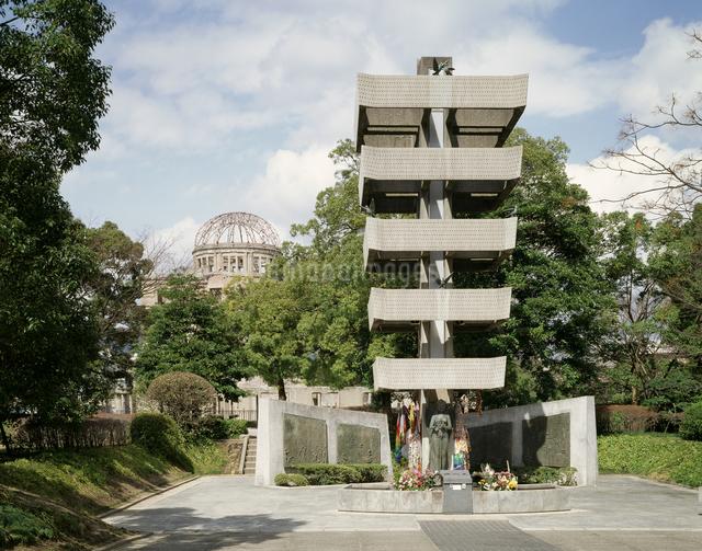 動員学徒慰霊碑と原爆ドームの写真素材 [FYI04136468]