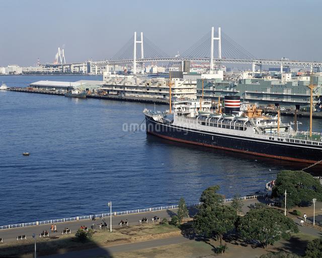 氷川丸と横浜ベイブリッジの写真素材 [FYI04136507]