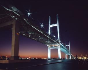 横浜ベイブリッジ 夜景の写真素材 [FYI04136508]