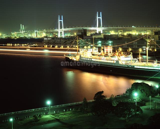 氷川丸と横浜ベイブリッジ 夜景の写真素材 [FYI04136509]