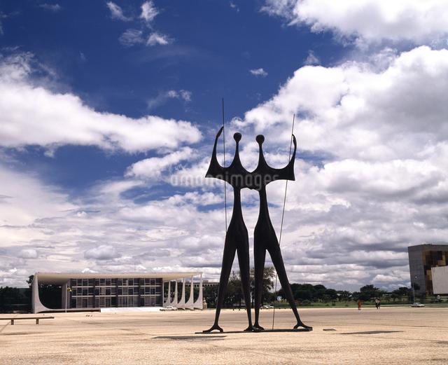 戦士の像と最高裁判所の写真素材 [FYI04136514]