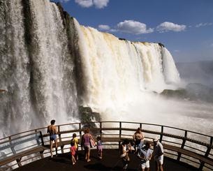 観瀑台の観光客の写真素材 [FYI04136525]