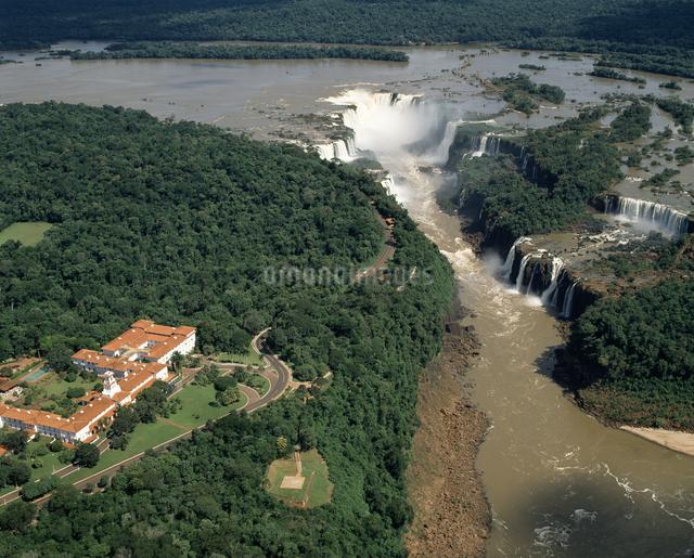 イグアスの滝とカタラタスホテル 空撮の写真素材 [FYI04136527]