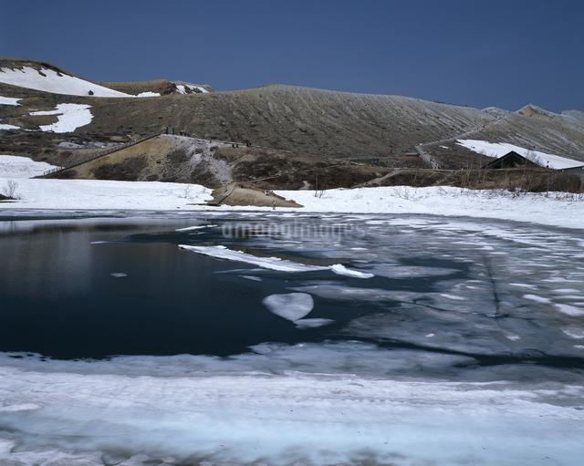 残雪の弓池の写真素材 [FYI04136644]