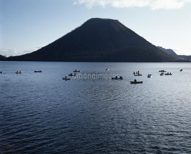 榛名富士とワカサギ釣りのボートの写真素材 [FYI04136657]