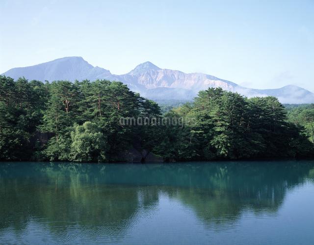 毘沙門沼と磐梯山の写真素材 [FYI04136765]