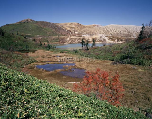 白根山と弓池の写真素材 [FYI04137023]
