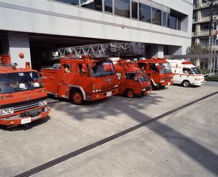 出勤する消防車と救急車の写真素材 [FYI04137034]