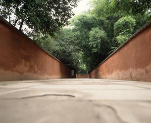 赤壁の通路 杜甫草堂の写真素材 [FYI04137056]