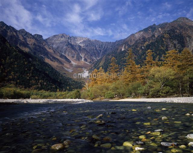 上高地の秋 梓川と穂高岳の写真素材 [FYI04137330]