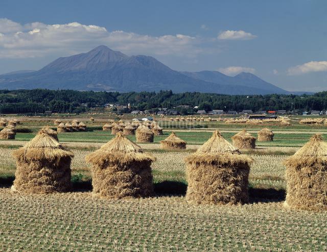 ワラ山と高千穂峰の写真素材 [FYI04137343]