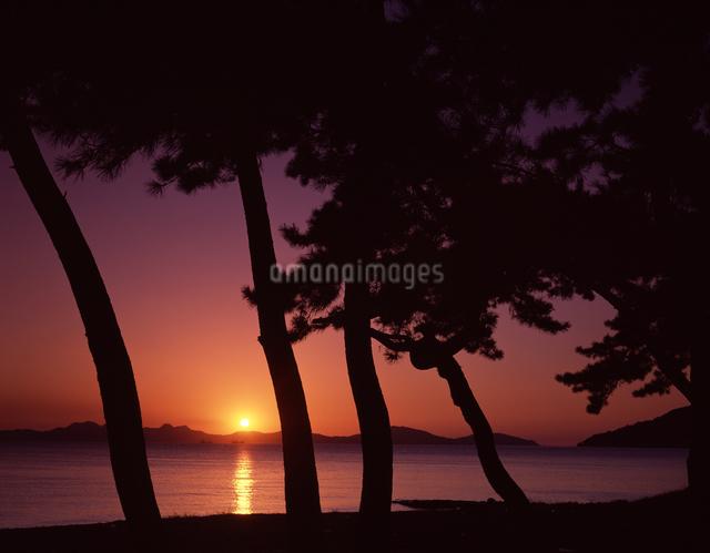 糸島半島の夕陽の写真素材 [FYI04137429]