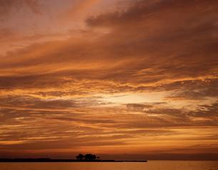 秋の夕焼けの写真素材 [FYI04137431]