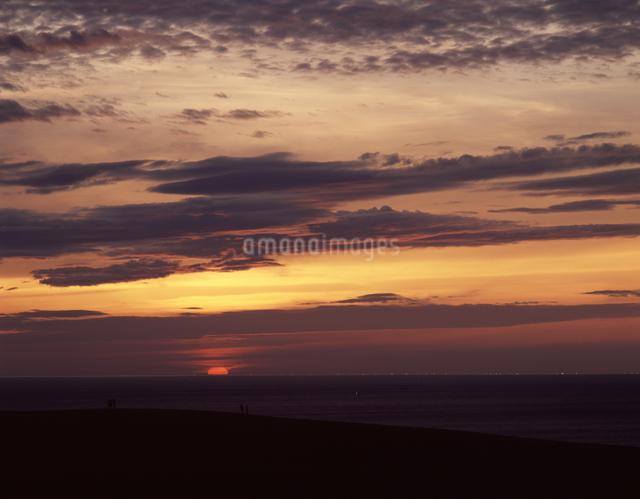 夕陽と漁火の写真素材 [FYI04137432]