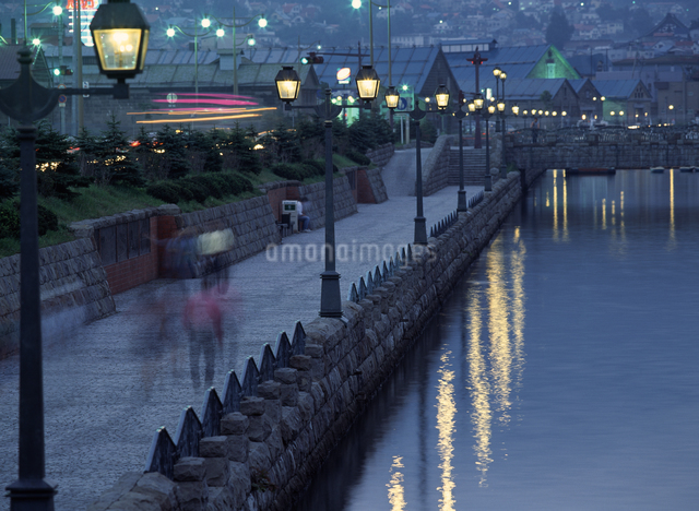 小樽運河とガス灯の写真素材 [FYI04137509]