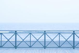 茅ケ崎の海とテラスの写真素材 [FYI04137657]