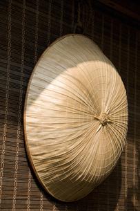 簾と三度笠の写真素材 [FYI04139674]