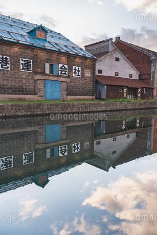 朝の小樽運河の一角の写真素材 [FYI04139786]