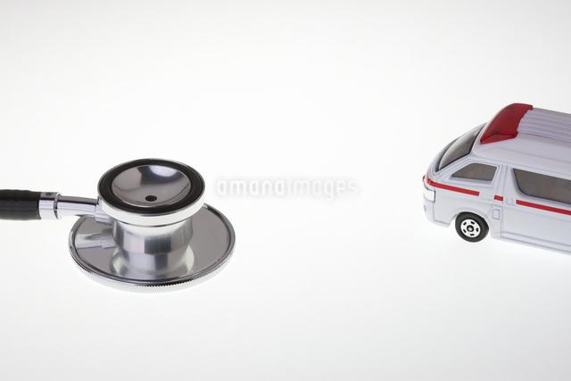 救急車と聴診器の写真素材 [FYI04140460]