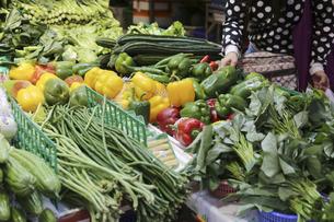 香港・旺角(モンコック/Mong Kok)の市場で売られる野菜。日本でなじみの野菜も多いが、見たこともない野菜も売られている。の写真素材 [FYI04141501]