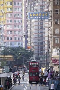 香港の街を行く路面電車トラム。英国植民地時代から走り続けるの写真素材 [FYI04141598]