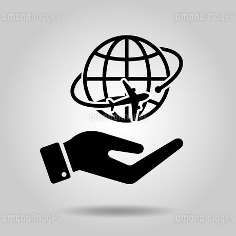 手の中にある地球と飛行機のアイコンのイラスト素材 [FYI04141827]