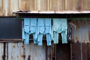 町工場の洗濯物の写真素材 [FYI04144430]