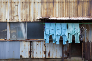 町工場の洗濯物の写真素材 [FYI04144431]