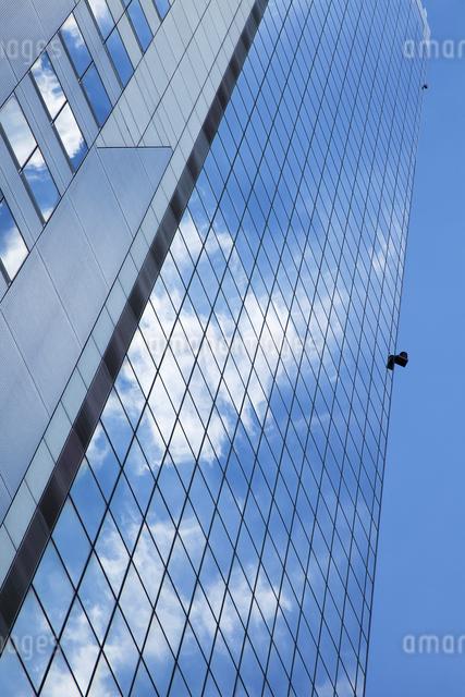 高層ビルに映る青空の写真素材 [FYI04144833]