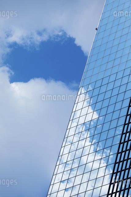 高層ビルに映る青空の写真素材 [FYI04144859]