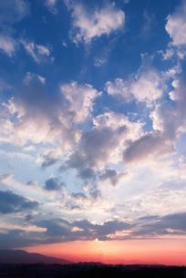 夕焼けと雲と街並みの写真素材 [FYI04145187]