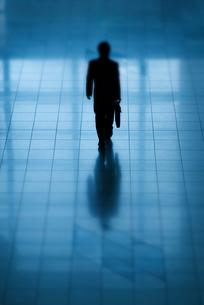 オフィスを歩くビジネスマンの後ろ姿の写真素材 [FYI04145189]