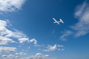 青空に紙飛行機の写真素材 [FYI04145239]