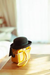 テーブルに置かれた幼稚園バッグと幼稚園帽の写真素材 [FYI04145240]