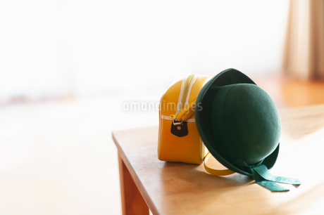 テーブルに置かれた幼稚園バッグと幼稚園帽の写真素材 [FYI04145241]