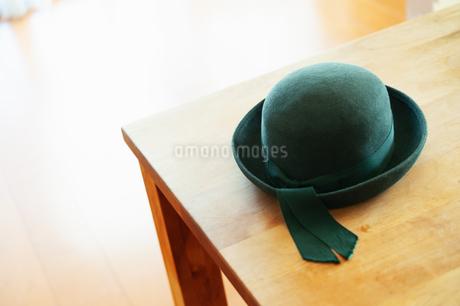 テーブルに置かれた幼稚園帽の写真素材 [FYI04145242]
