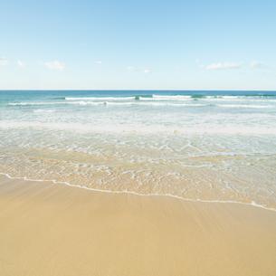 穏やかな海の波打ち際の写真素材 [FYI04145245]