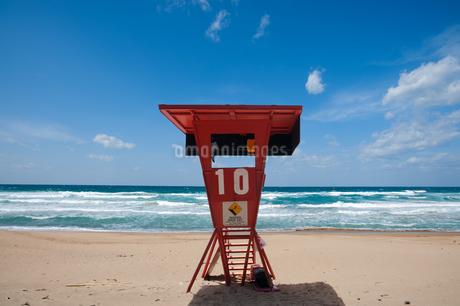 ライフガード用監視台のある浜辺の写真素材 [FYI04145264]
