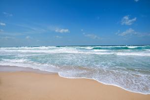 荒れた海と波打ち際の写真素材 [FYI04145266]