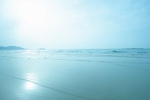 穏やかな海の波打ち際の写真素材 [FYI04145270]