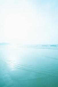 穏やかな海の波打ち際の写真素材 [FYI04145272]
