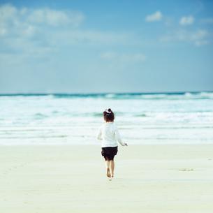 海に向かって走る女の子の後ろ姿の写真素材 [FYI04145275]