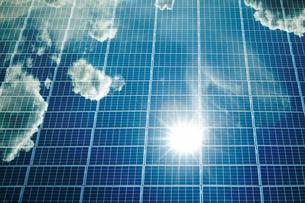 空を反射して映し出しているソーラーパネルの写真素材 [FYI04145289]