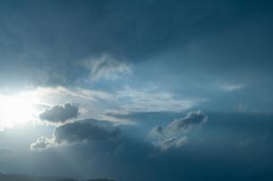 雲間から差し込む光の写真素材 [FYI04145290]