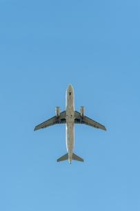 飛行機の腹面の写真素材 [FYI04145293]