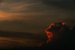夕日を浴びて赤く輝く雲の写真素材 [FYI04145309]