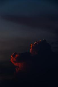 夕日を浴びて赤く輝く雲の写真素材 [FYI04145312]