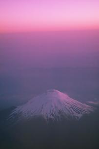夕暮れの富士山 空撮の写真素材 [FYI04145317]