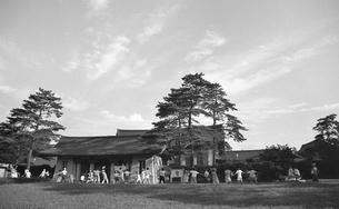 原宿・早朝の明治神宮宝物殿前広場の写真素材 [FYI04145505]