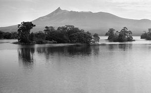 早朝の大沼と駒ケ岳の写真素材 [FYI04145787]
